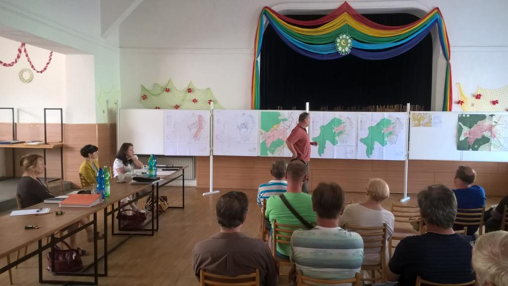 Fotografie z veřejného projednání návrhu územního plánu Sentic z 8. června 2016 v budově sokolovny.